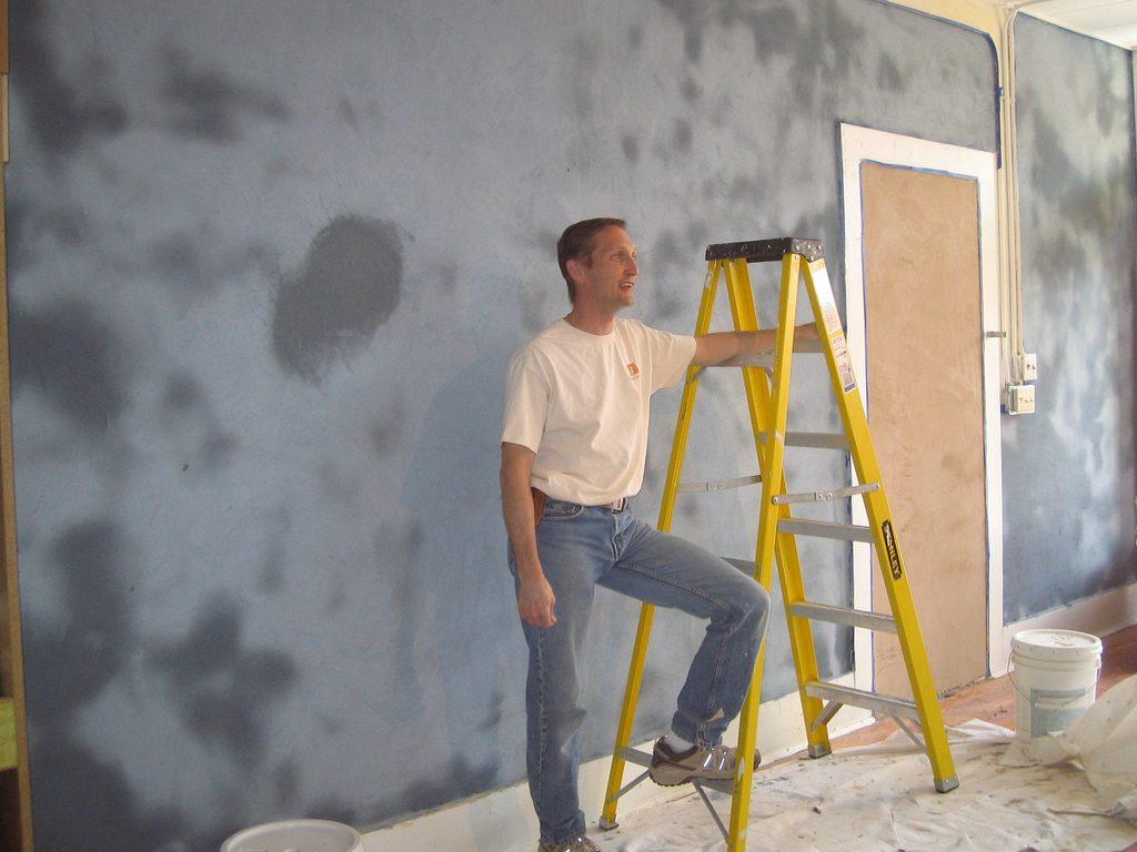 Como alisar paredes rugosas usando masilla o plaste