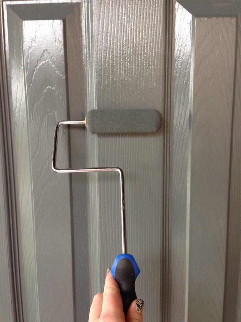El proceso de pintar puertas
